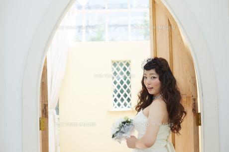 ウエディングドレスの女性の写真素材 [FYI00493856]