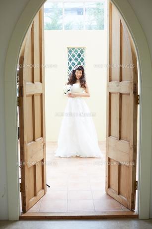 ウエディングドレスの女性の写真素材 [FYI00493860]