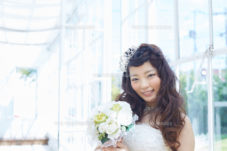 ウエディングドレスの女性の写真素材 [FYI00493869]