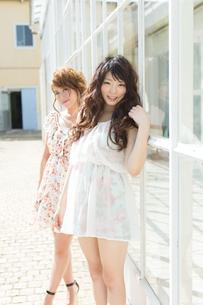爽やかな女性二人の写真素材 [FYI00493934]