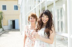 爽やかな女性二人の写真素材 [FYI00493937]
