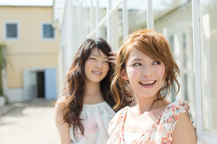 爽やかな女性二人の写真素材 [FYI00493942]
