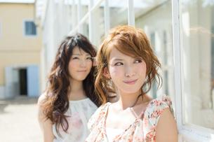 爽やかな女性二人の写真素材 [FYI00493944]