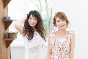 爽やかな女性二人の写真素材 [FYI00493947]