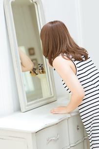 鏡の前の女性の写真素材 [FYI00494211]