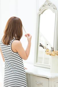 鏡の前の女性の写真素材 [FYI00494213]