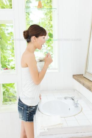 歯磨きをする女性の写真素材 [FYI00494338]