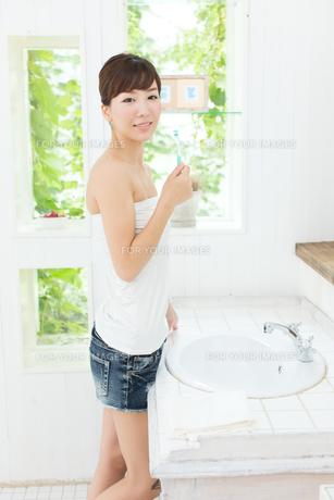 歯磨きをする女性の写真素材 [FYI00494341]