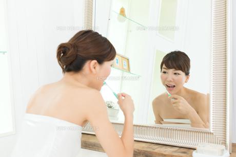 歯磨きをする女性の写真素材 [FYI00494345]