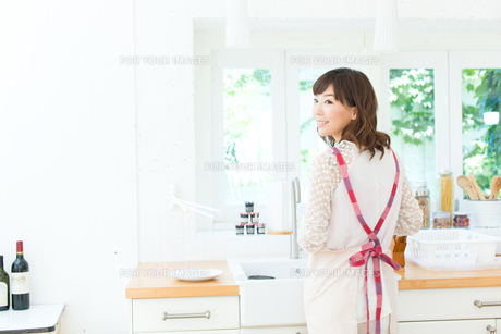 料理中の主婦の写真素材 [FYI00494476]