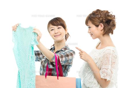 服を選ぶ女性二人の写真素材 [FYI00494680]
