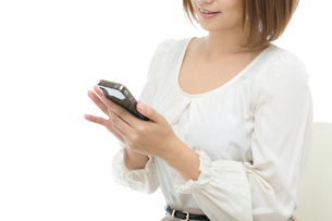 携帯電話を使う女性の写真素材 [FYI00494716]