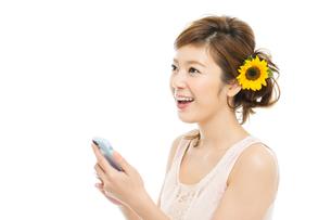 向日葵と爽やかな女性の写真素材 [FYI00494838]