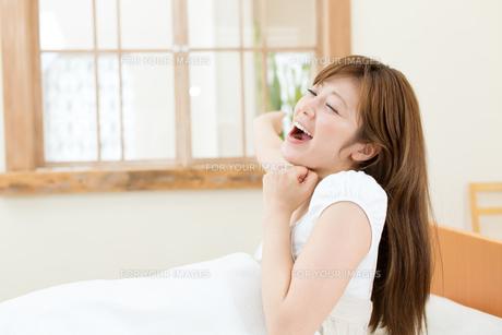ベッドの中の女性の写真素材 [FYI00495053]