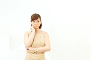 白い壁に立つ女性の写真素材 [FYI00495206]