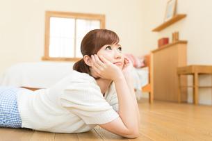 リラックスする若い女性の写真素材 [FYI00495283]