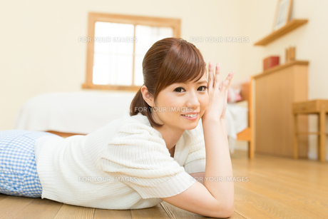 リラックスする若い女性の写真素材 [FYI00495284]