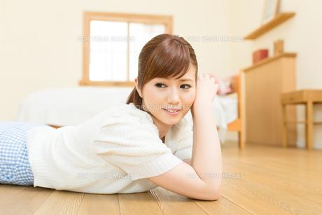 リラックスする若い女性の写真素材 [FYI00495289]