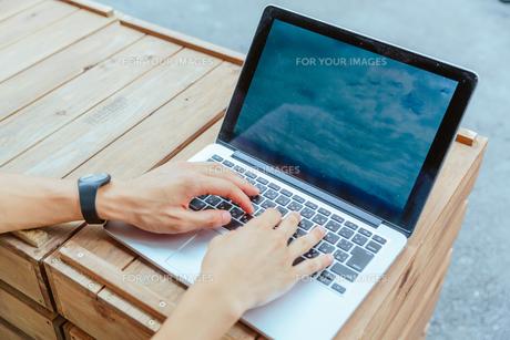 パソコンのキーボードを叩く男性の手の写真素材 [FYI00495495]