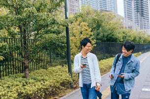 笑い歩く若い青年二人の素材 [FYI00495510]