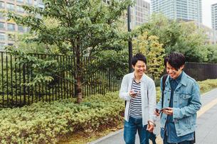 歩く若い青年二人の素材 [FYI00495511]