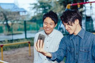 自撮りを行う男性二人の写真素材 [FYI00495531]