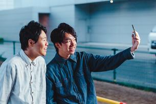 自撮りを行う男性二人の写真素材 [FYI00495536]