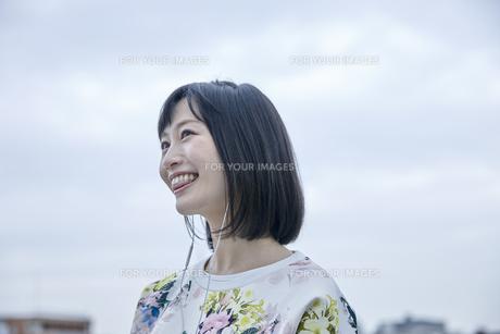 音楽を聴く笑顔の女性の素材 [FYI00495554]