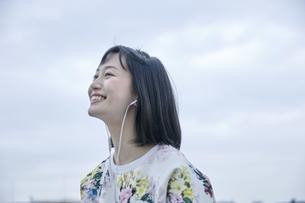 音楽を聴く笑顔の女性の素材 [FYI00495560]