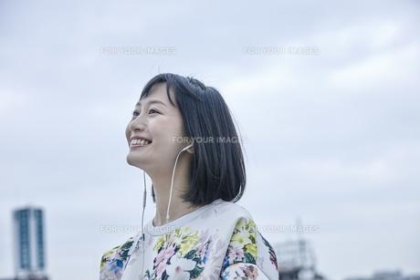 音楽を聴く笑顔の女性の素材 [FYI00495561]