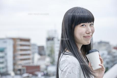 コーヒーを飲む笑顔の女性の素材 [FYI00495564]