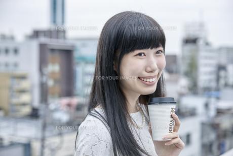 コーヒーを飲む笑顔の女性の素材 [FYI00495565]