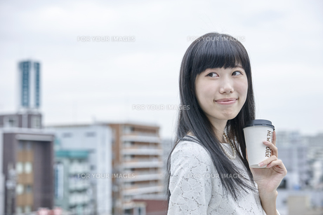コーヒーを飲む笑顔の女性の素材 [FYI00495566]
