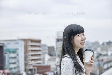 コーヒーを飲む笑顔の女性の素材 [FYI00495567]