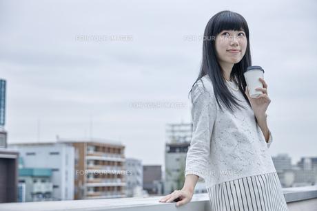 コーヒーを飲む笑顔の女性の素材 [FYI00495572]