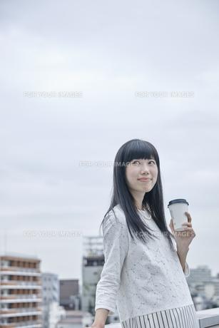 コーヒーを飲む笑顔の女性の素材 [FYI00495573]