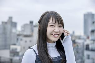 電話中の笑顔の女性の素材 [FYI00495576]