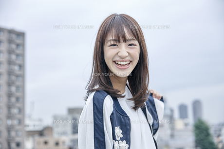 楽しそうな笑顔の女性の素材 [FYI00495596]