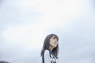 空を見上げる女性の素材 [FYI00495597]