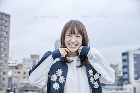 楽しそうな笑顔の女性の素材 [FYI00495598]