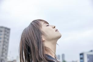 空を見上げる女性の素材 [FYI00495600]