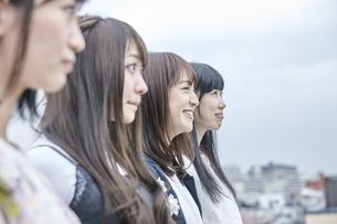 空を見る女性4人の素材 [FYI00495601]
