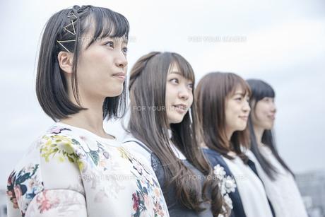 空を見る女性4人の素材 [FYI00495604]