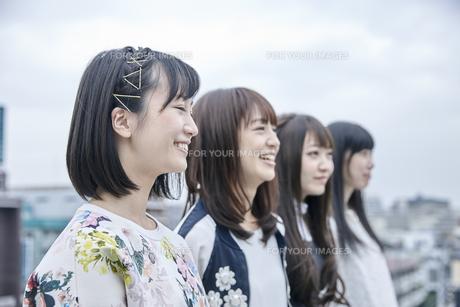 空を見る女性4人の素材 [FYI00495605]