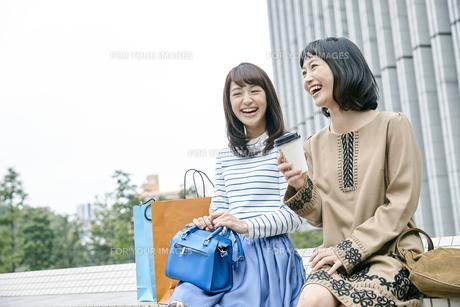 ショッピング中の女性2人の素材 [FYI00495633]