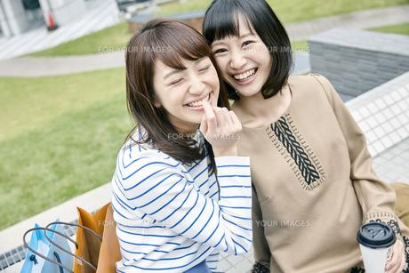 笑顔の2人の女性の素材 [FYI00495641]