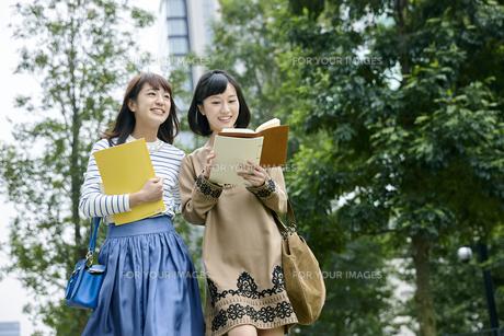 キャンパス内を歩く女性の素材 [FYI00495654]