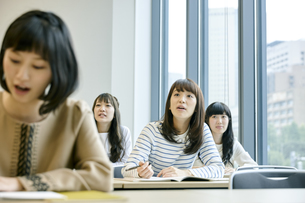 授業を聞く女性の写真素材 [FYI00495669]