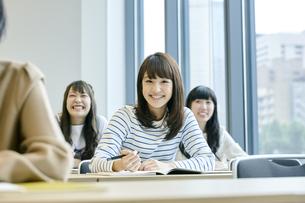 授業を聞く女性の写真素材 [FYI00495671]