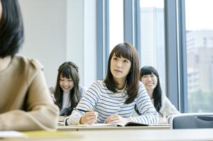 授業を聞く女性の写真素材 [FYI00495672]